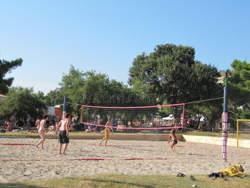 Siluetta del giocatore di beach volley sulla spiaggia nel tramonto La Croazia 23 luglio 2010 immagine stock libera da diritti
