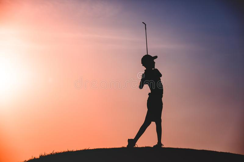 Siluetta del giocatore di golf del ragazzo fotografie stock