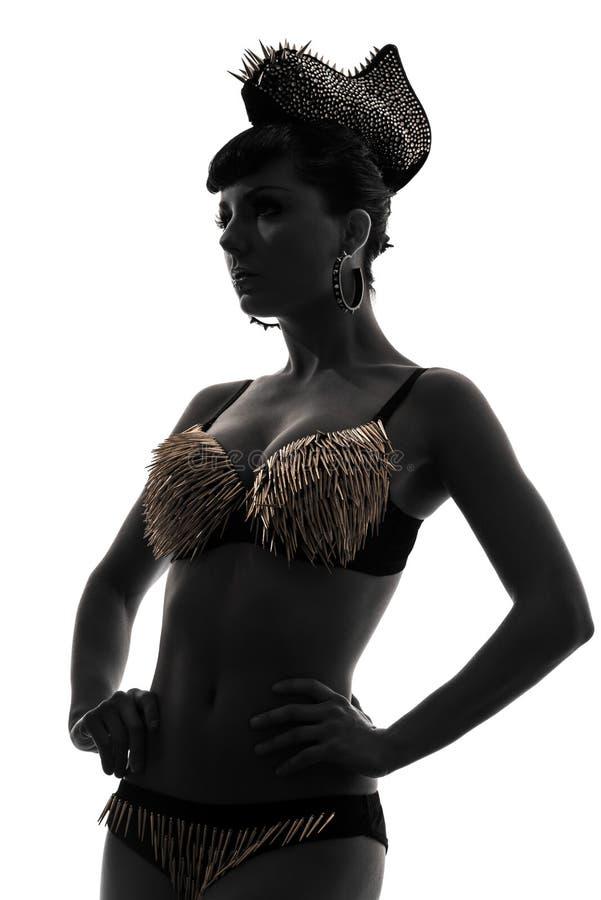 Siluetta del modello di moda della donna con la biancheria intima della puntura dell'oro fotografia stock