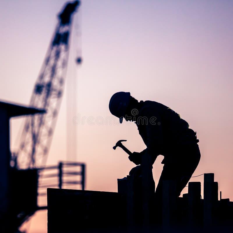 Siluetta del muratore fotografia stock libera da diritti