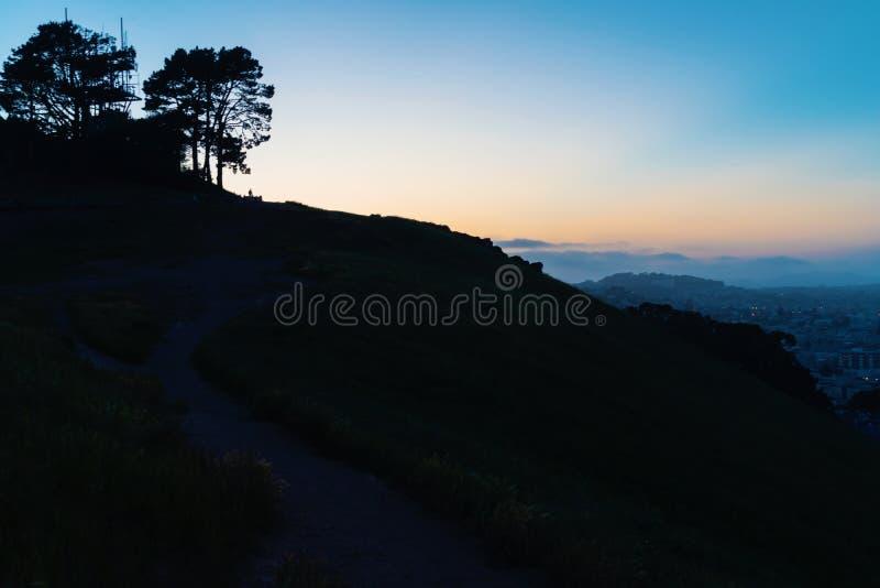 Siluetta del paesaggio a penombra a San Francisco fotografia stock