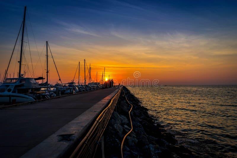 Siluetta del pilastro di parcheggio dell'yacht nel tramonto fotografia stock libera da diritti