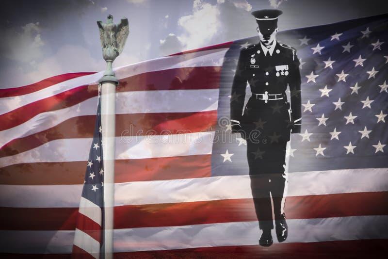 Siluetta del soldato, aquila americana e bandiera nazionale degli Stati Uniti fotografia stock