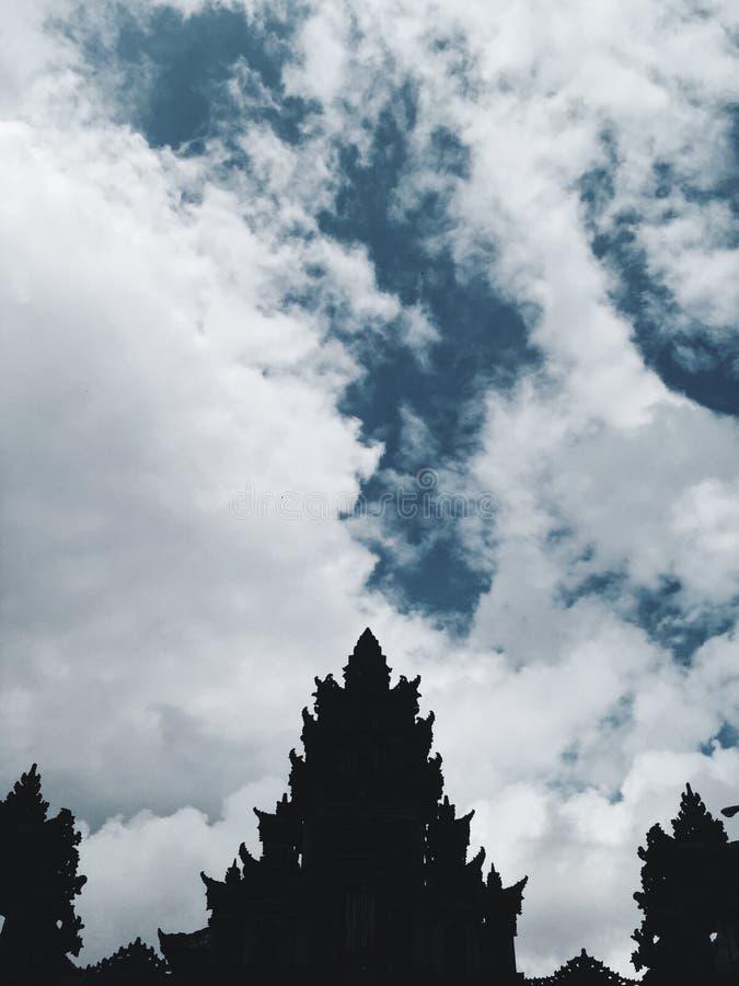 Siluetta del tetto del tempio di Bali al giorno soleggiato con il contesto del cielo nuvoloso, Indonesia fotografie stock libere da diritti