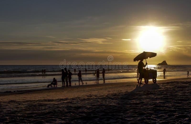 Siluetta del venditore del gelato contro il fondo di tramonto immagine stock libera da diritti
