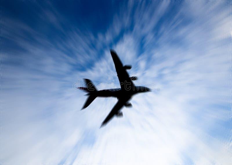 Siluetta del volo sul cielo, l'immagine dell'aeroplano nello zoom vago per fondo fotografie stock