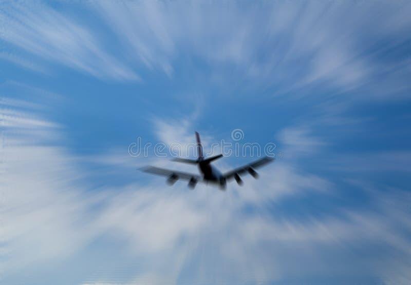 Siluetta del volo sul cielo, l'immagine dell'aeroplano nello zoom vago per fondo fotografia stock