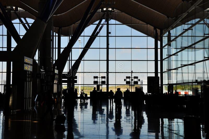 Siluetta dell'aeroporto con la gente immagine stock libera da diritti