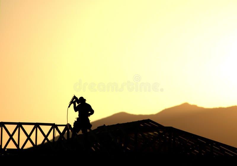 Siluetta dell'operaio di costruzione fotografia stock libera da diritti