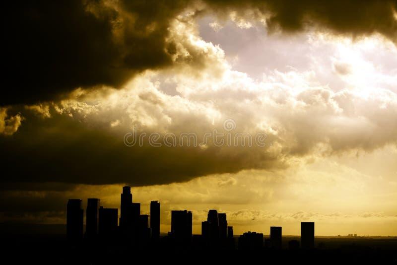 Siluetta dell'orizzonte di Los Angeles dopo una tempesta fotografia stock