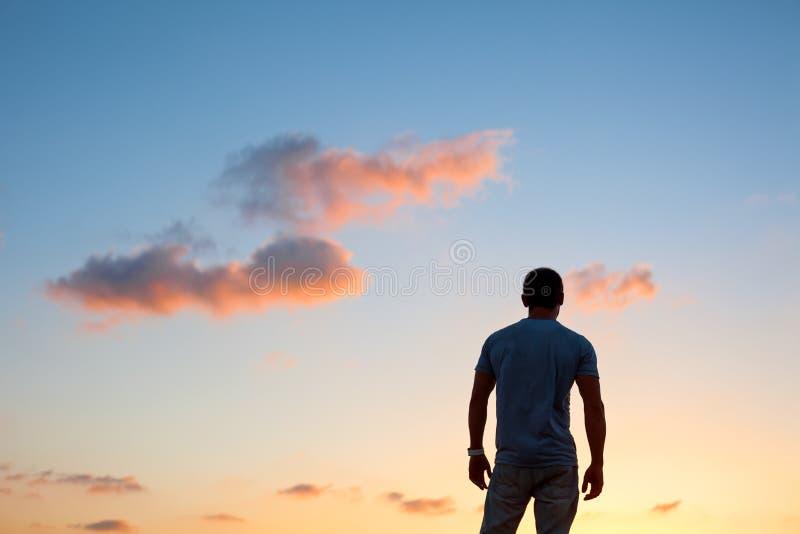 Siluetta dell'uomo al tramonto immagine stock