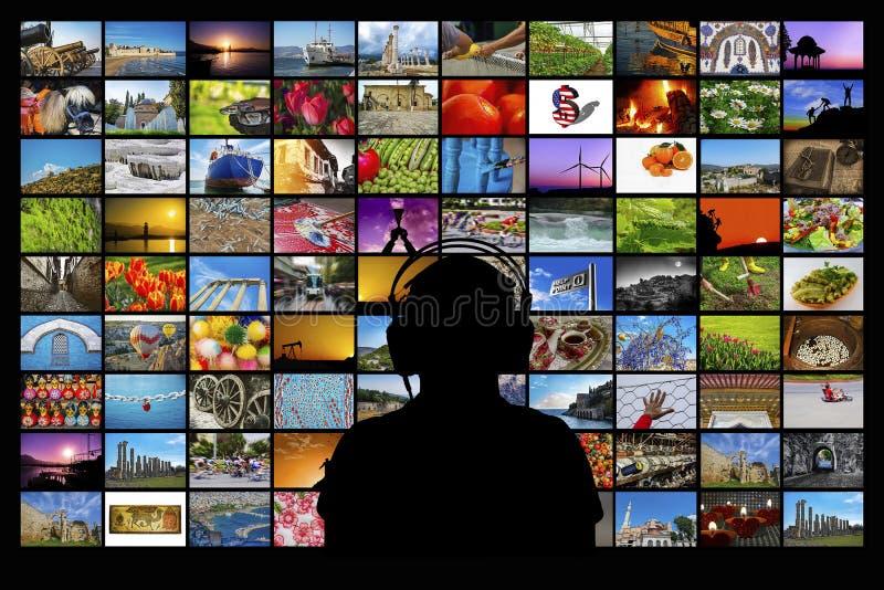Siluetta dell'uomo che si siede davanti agli schermi di sorveglianza di multimedia della video parete fotografie stock libere da diritti