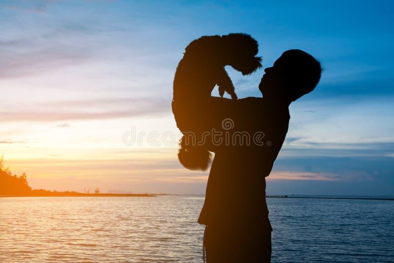 Siluetta dell'uomo che sta sulla spiaggia tropicale con il mare blu calmo fotografie stock libere da diritti