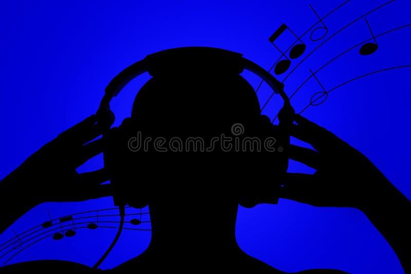 Siluetta dell'uomo con le cuffie su fondo blu, ascoltante la musica fotografia stock libera da diritti