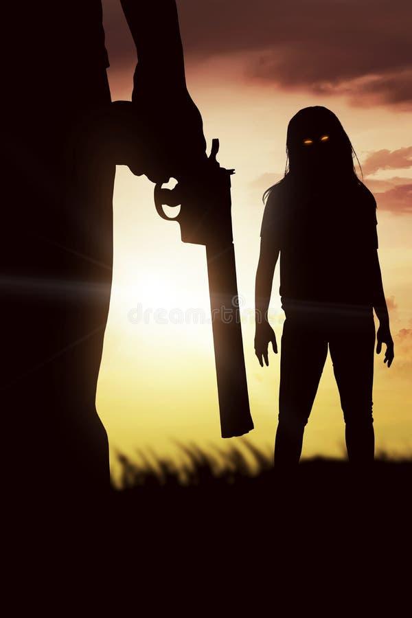 Siluetta dell'uomo con lo zombie rosso dell'occhio immagine stock