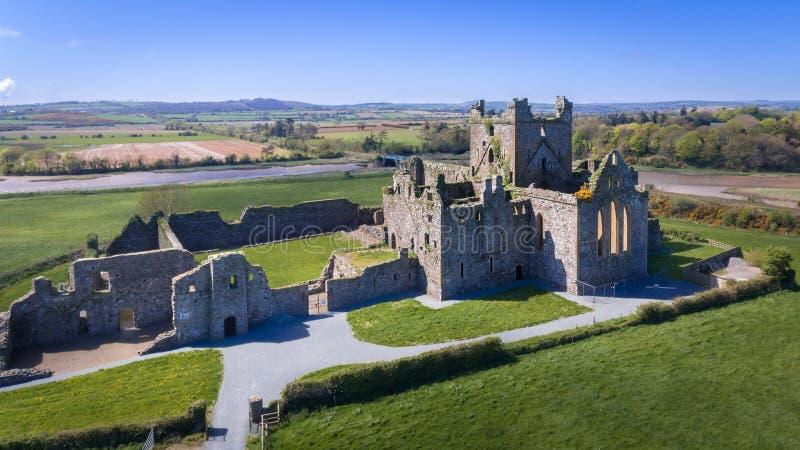 Siluetta dell'uomo Cowering di affari Abbazia di Dunbrody contea Wexford l'irlanda immagini stock