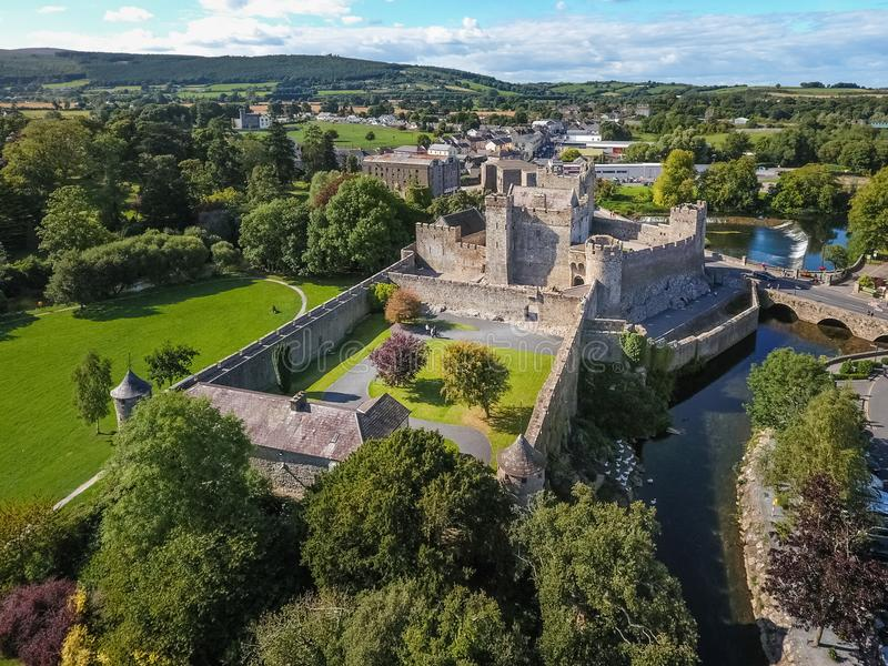 Siluetta dell'uomo Cowering di affari Castello di Cahir Contea Tipperary l'irlanda fotografia stock libera da diritti