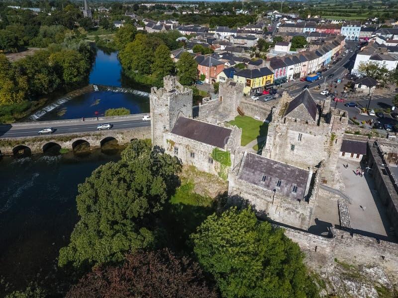 Siluetta dell'uomo Cowering di affari Castello di Cahir Contea Tipperary l'irlanda immagine stock
