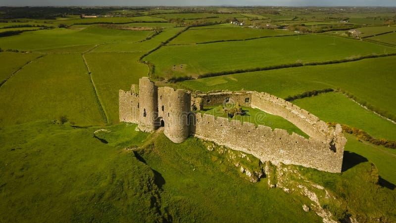 Siluetta dell'uomo Cowering di affari Castello di Roche Dundalk l'irlanda immagine stock