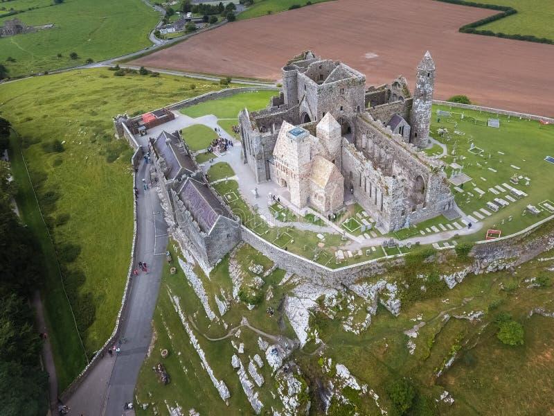 Siluetta dell'uomo Cowering di affari Roccia di Cashel Contea Tipperary l'irlanda fotografia stock
