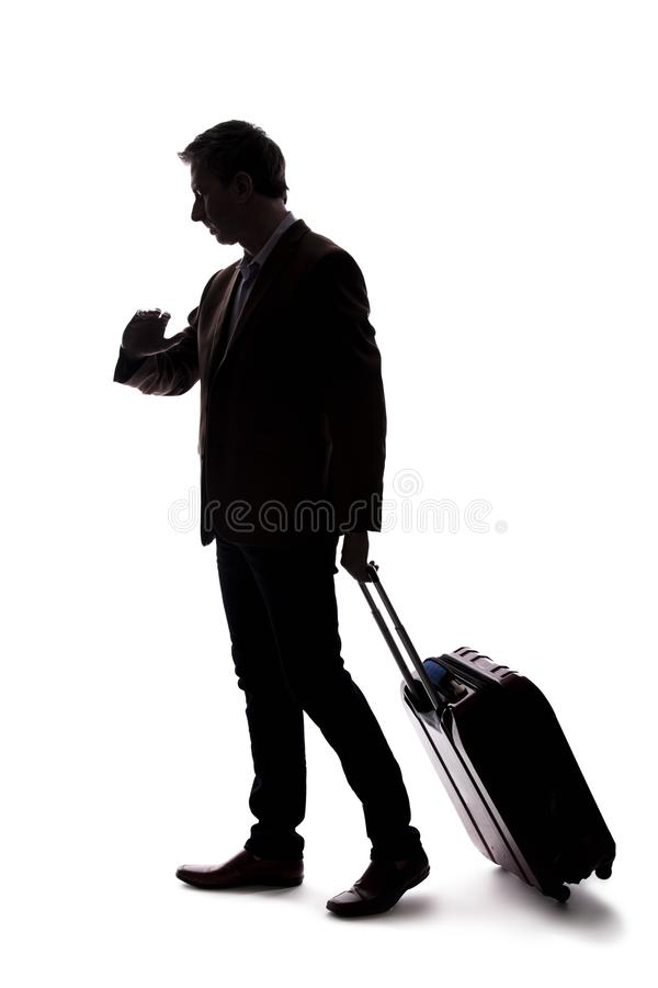 Siluetta dell'uomo d'affari di viaggio Upset al volo in ritardo o annullato immagini stock libere da diritti