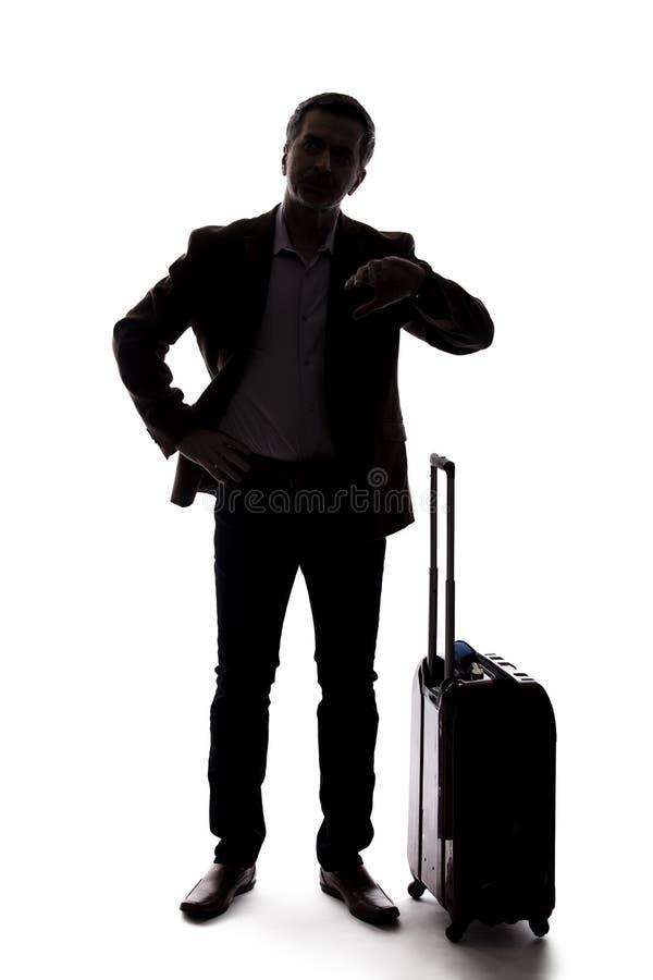 Siluetta dell'uomo d'affari di viaggio Upset al volo in ritardo o annullato fotografie stock libere da diritti