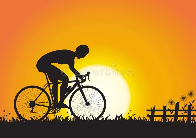 Siluetta dell'uomo di sport che cicla sul fondo dorato di alba illustrazione di stock