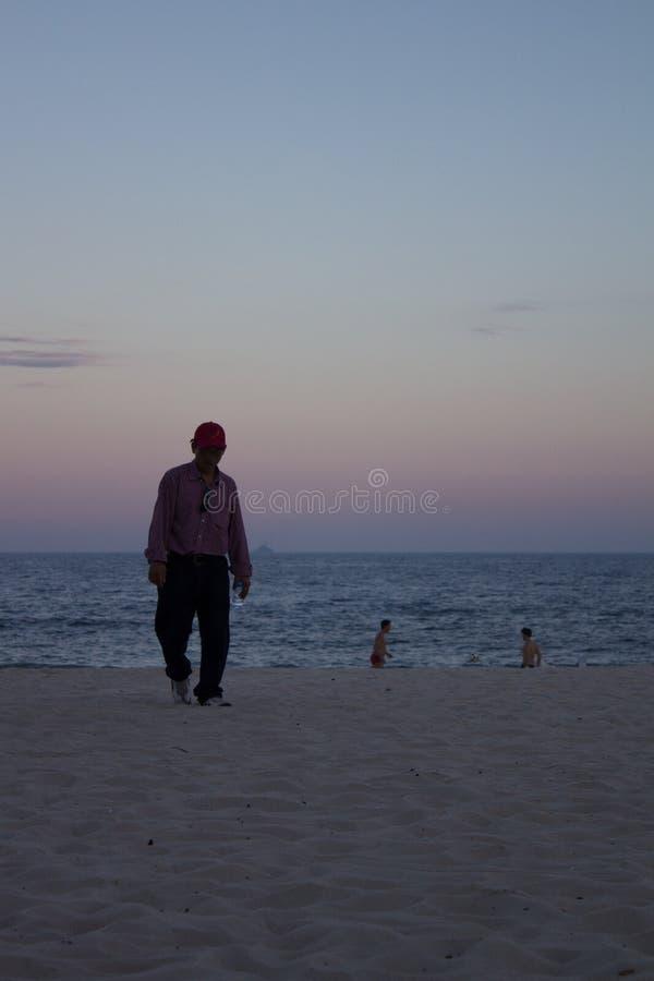 Siluetta dell'uomo non identificabile che cammina sul copacabana Rio de Janeiro della spiaggia fotografie stock