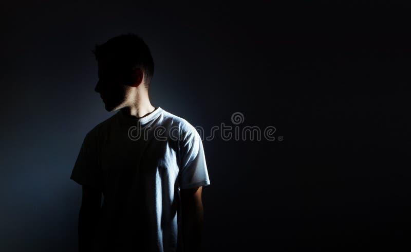 Siluetta dell'uomo su fondo nero, ritratto scuro, profilo, depressione maschio fotografia stock libera da diritti