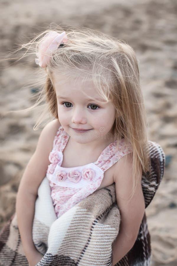 Siluetta della bambina adorabile su una spiaggia a fotografia stock