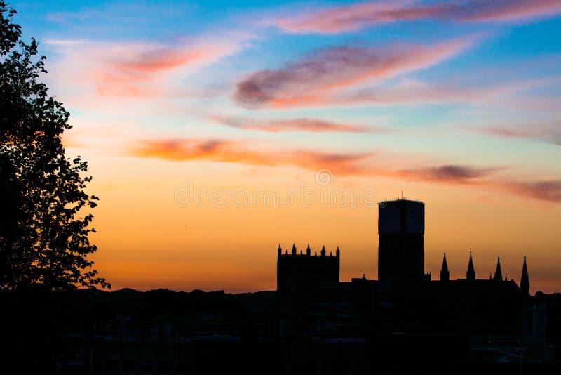 Siluetta della cattedrale con il tramonto fotografie stock