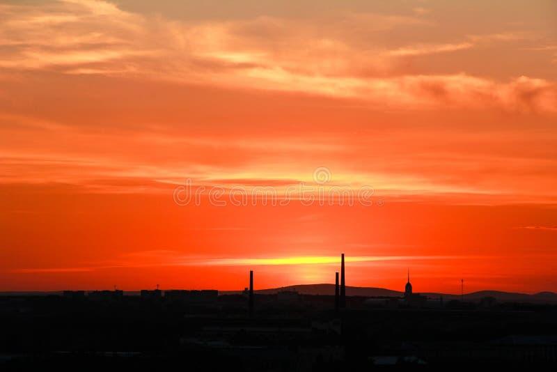 Siluetta della città industriale al tramonto fotografie stock libere da diritti
