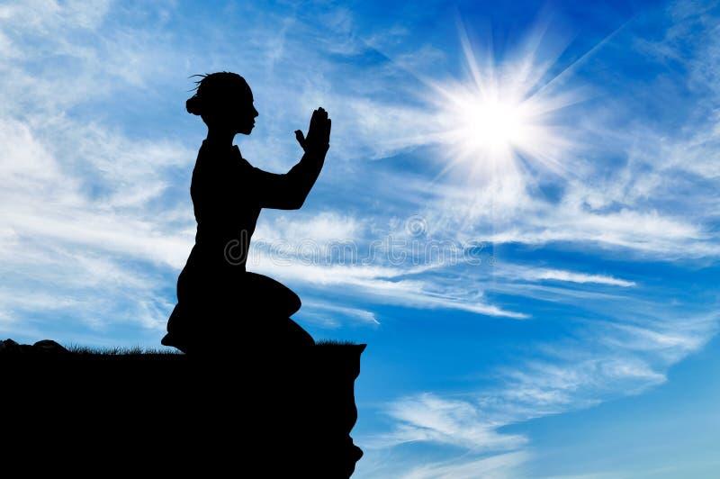Siluetta della donna di preghiera fotografia stock libera da diritti