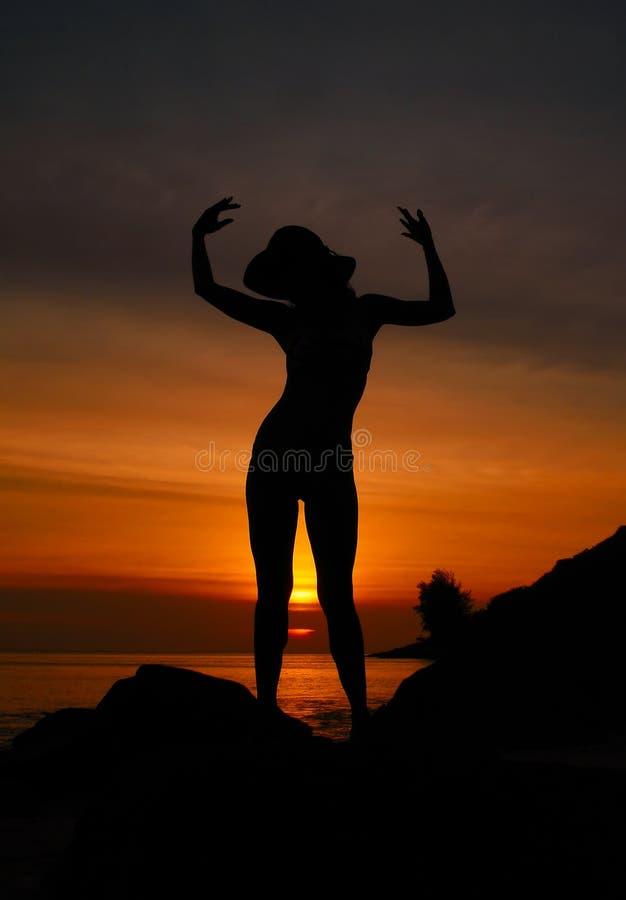 Siluetta della donna di tramonto fotografia stock