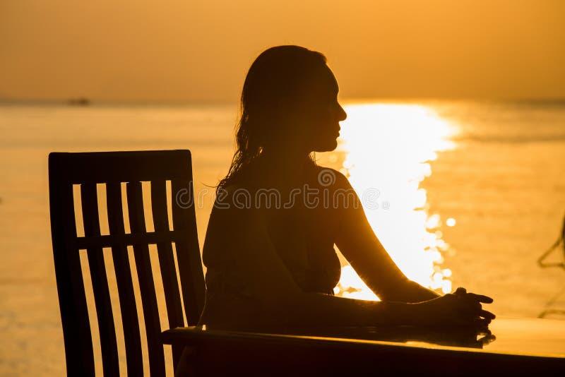 Siluetta della donna durante il tramonto immagini stock
