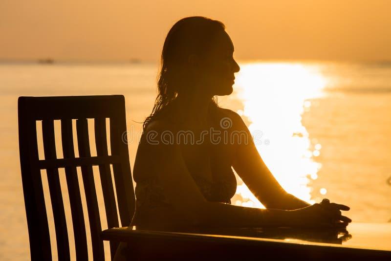 Siluetta della donna durante il tramonto immagine stock libera da diritti