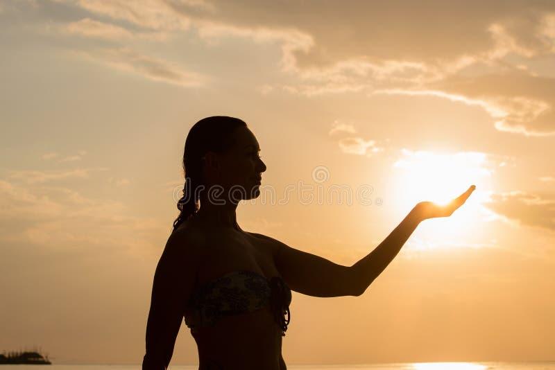 Siluetta della donna durante il tramonto fotografia stock