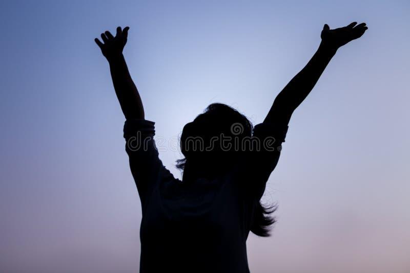 Siluetta della donna felice libera fotografie stock libere da diritti