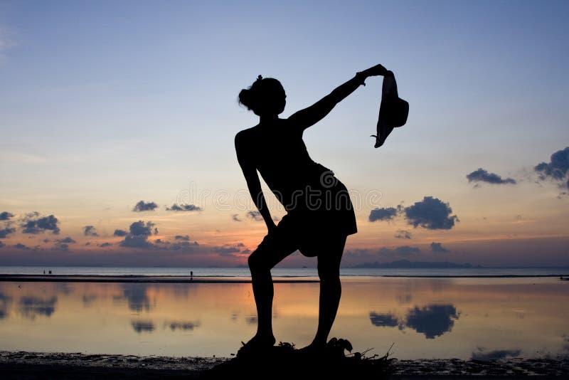 Siluetta della donna nel tramonto fotografia stock