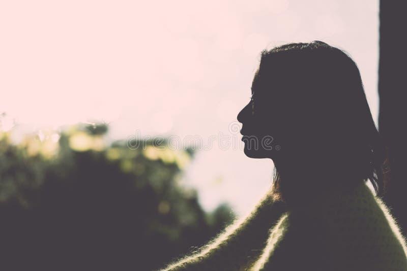 Siluetta della donna sola fotografia stock