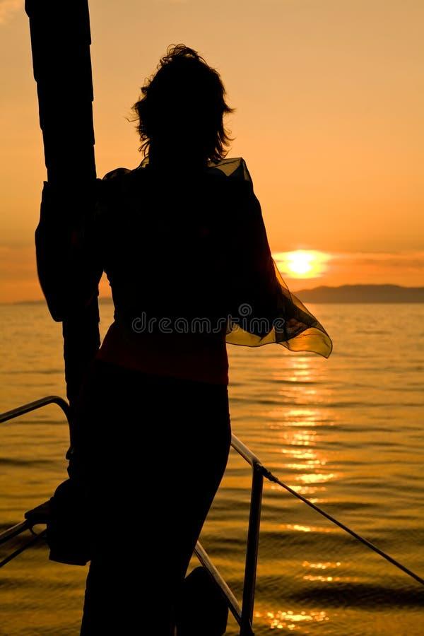 Siluetta della donna sul radiatore anteriore dell'yacht immagine stock libera da diritti