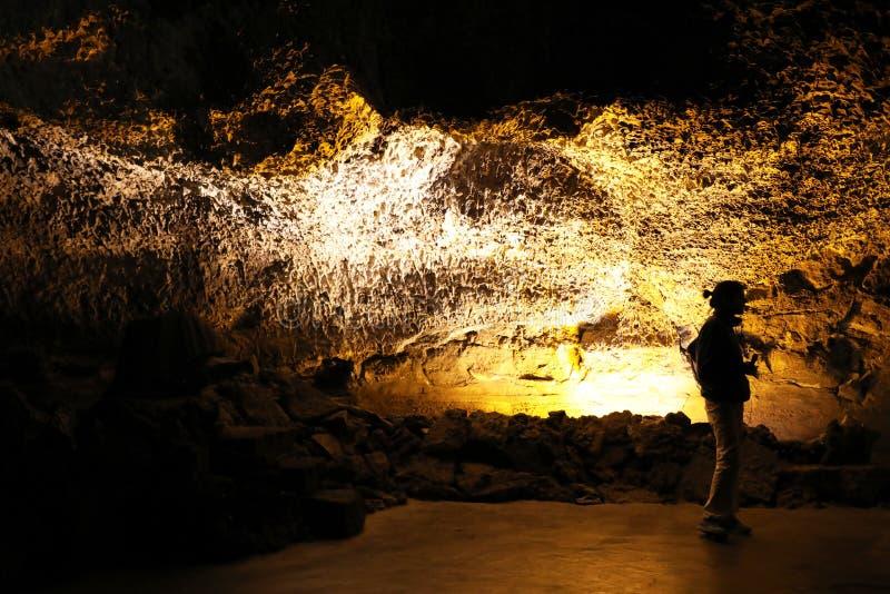 Siluetta della guida turistica in Cueva de los Verdes un tubo di lava vulcanico stupefacente a Lanzarote, isole Canarie, Spagna immagini stock libere da diritti