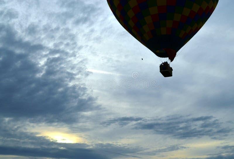 Siluetta della mongolfiera con il tramonto immagine stock