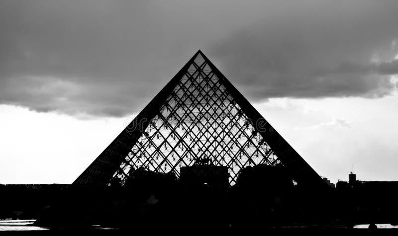 Siluetta della piramide di vetro del museo della feritoia fotografie stock libere da diritti