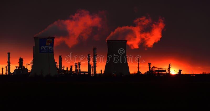 Siluetta della raffineria di petrolio di Petrobrazi, Romania Ploiesti fotografia stock libera da diritti