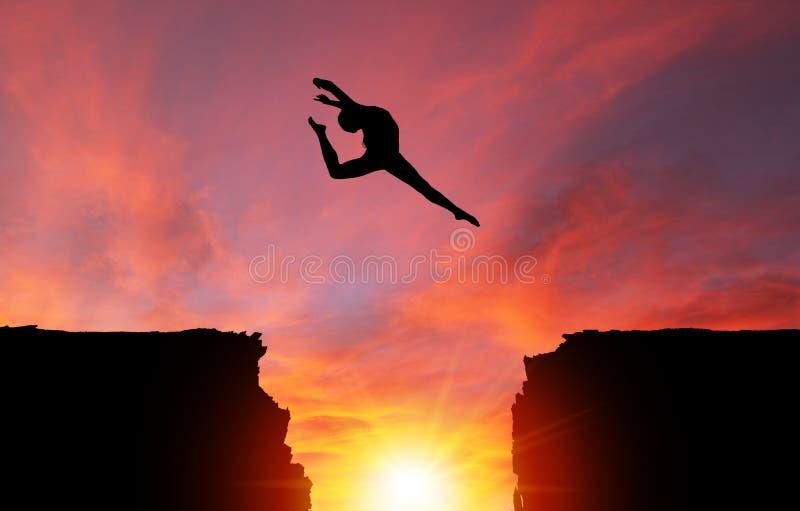 Siluetta della ragazza che salta sopra le scogliere con il paesaggio di tramonto illustrazione vettoriale