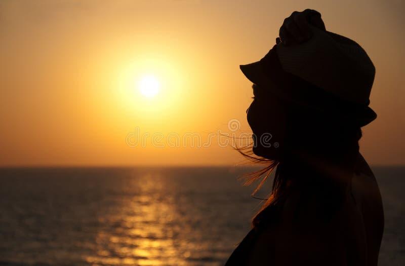 Siluetta della ragazza sul tramonto immagini stock libere da diritti