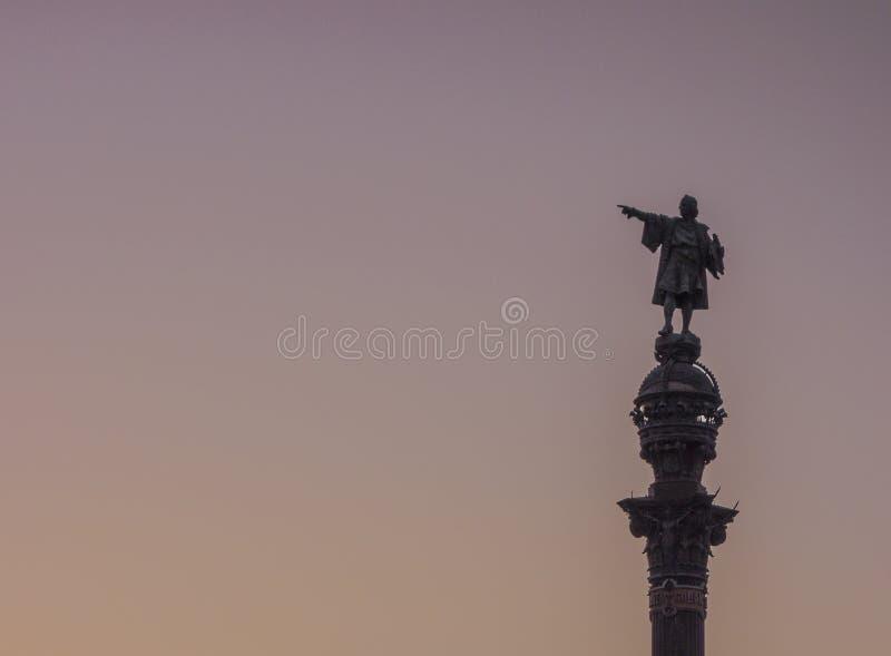 Siluetta della statua di Barcellona Christopher Columbus sopra il cielo della radura di tramonto fotografia stock
