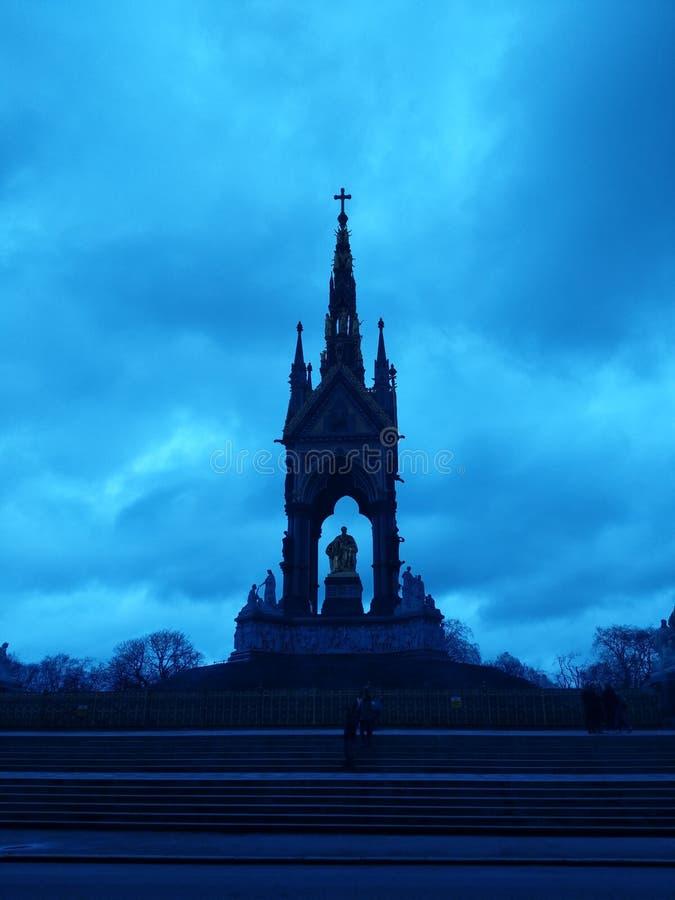 Siluetta della statua di re Albert di un monumento a Londra fotografie stock libere da diritti