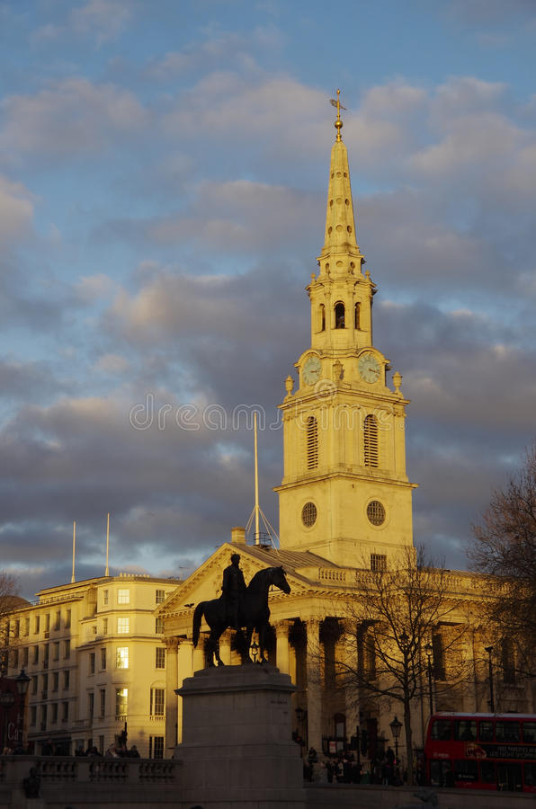 Siluetta della statua di re George davanti alla chiesa del ` s di StMartin fotografia stock libera da diritti